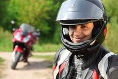 Motorista y su bici en la carretera nacional Imagen de archivo libre de regalías