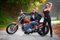 Motorista y una muchacha atractiva Foto de archivo