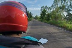 Motoristas da bicicleta motorizada na estrada no dia de verão - viaje pelo conceito da motocicleta Imagens de Stock