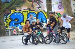 Motoristas de BMX en parque del patín Imagenes de archivo