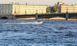 Motoristas de la aguamarina en el Neva Imagen de archivo