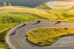Motoristas de motocicleta que montam na estrada alpina Fotografia ao ar livre foto de stock royalty free