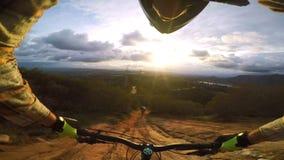 motoristas del pov del punto de vista de la persona 4k primer que montan biking rápidamente en el camino peligroso de la colina d almacen de video