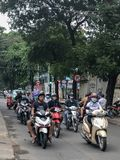 Motoristas en el tráfico en las calles en Vietnam fotografía de archivo libre de regalías