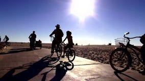 Motoristas en la playa LOS ÁNGELES de Venecia almacen de metraje de vídeo