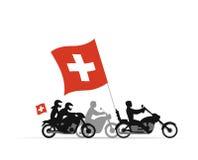 Motoristas en las motocicletas con la bandera suiza Imagen de archivo libre de regalías