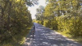 Motoristas en un entrenamiento del verano en un camino forestal almacen de video