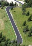 Motoristas a lo largo del camino con muchas curvas en las montañas foto de archivo libre de regalías