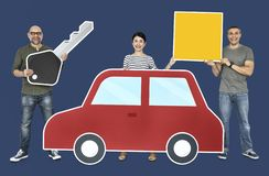 Motoristas novos felizes com um carro foto de stock royalty free