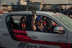 Motoristas que acenam a mão à audiência após a mostra Fotos de Stock Royalty Free