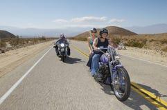 Motoristas que montan en la carretera nacional fotografía de archivo