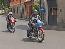 Motoristas que montan un vintage Ducati y Motobi Imagen de archivo libre de regalías