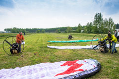 Motorized paragliders are ready to go from a green field Royalty Free Stock Photos