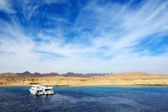 Motorjachten en het snorkelen toeristen in Ras Muhammad Stock Fotografie