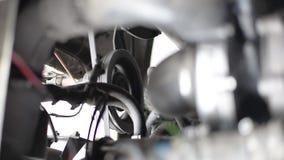 Motorn av bilen, i en rinnande bil, rörelsen av kompressorn för bälteblock, generator, vevaxel stock video