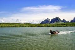 Motorowa łódź żegluje wzdłuż zatoki w Tajlandia zdjęcie royalty free