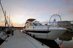 Motorowa łódź cumował przy jachtu schronieniem, Kolobrzeg, Polska obraz stock