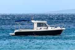 Motorowa łódź cumuje w silnym wiatrze na morzu Fotografia Royalty Free