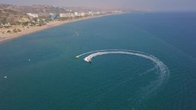 Motorowa łódź holuje nadmuchiwanego okrąg z letnikami zdjęcie wideo