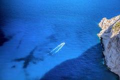 Motorowa łódź na otwartym lazurowym morzu Obrazy Stock