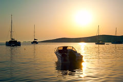 Motorowa łódź przy Paros zamiastem w Grecja przy zmierzchem Zdjęcia Stock