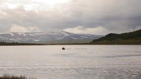 Motorowa łódź unosi się na halnym jeziorze wycieczkuje i łowi w górach, zbiory wideo