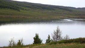 Motorowa łódź unosi się na halnym jeziorze wycieczkuje i łowi w górach, zdjęcie wideo