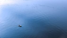 Motorowa łódź unosi się na rzece zdjęcia stock