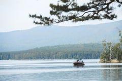 Motorowa łódź unosi się na wodzie jezioro Zdjęcia Stock