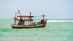 Motorowa łódź w otwartym morzu na fala zbiory