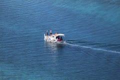 Motorowa łódź z ludźmi Obraz Stock