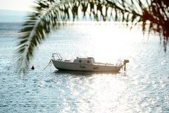 Motorowa łódź zakotwiczająca w morzu Zdjęcia Stock