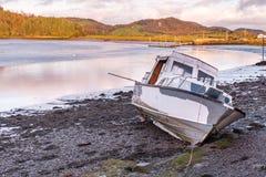 Motorowa krążownik łódź kłama na borowinowym czekaniu dla przypływu wracać w Kippford, blisko Dalbeattie, w Dumfries i Galloway,  obraz stock