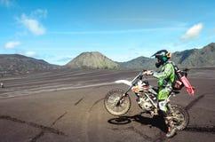 Motorowa rower społeczność na rowerach górskich zaczyna przy sawanną obrazy royalty free