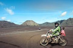 Motorowa rower społeczność na rowerach górskich zaczyna przy sawanną zdjęcia stock