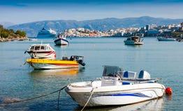 Motorowe łodzie i statek wycieczkowy z wybrzeża Agios Nikolaos C Obrazy Stock