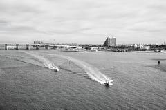 Motorowe łodzie unosi się na zielonej wodzie morskiej w Miami, usa obraz royalty free