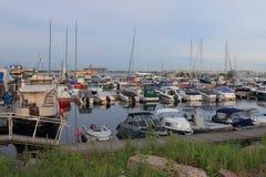 Motorowe łodzie i jachty w jachtu porcie Fotografia Stock