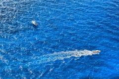 Motorowe łodzie na otwartym lazurowym morzu Obrazy Stock