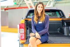 Motorowego przedstawienia dziewczyny pickup plecy siedzi Zdjęcie Stock