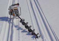 Motorowy świder dla łowić w śniegu fotografia royalty free