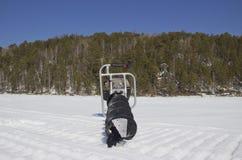 Motorowy świder dla łowić w śniegu obraz stock