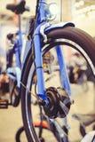 Motorowy elektryczny rower instalujący w kole, motorowy koło, zielona technologia, środowiskowa opieka Zdjęcia Stock