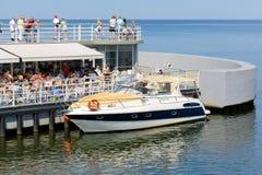 Motorowy jacht cumuje molem Zdjęcie Royalty Free