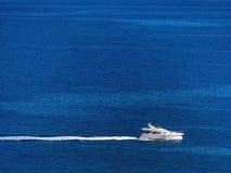 Motorowy jacht na morzu, Obrazy Stock