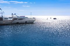 motorowy jacht przy molem na morzu Obrazy Stock