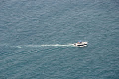 Motorowy jacht w błękitnych morzach Zdjęcie Stock