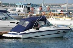 Motorowy jacht w jetty zdjęcie royalty free