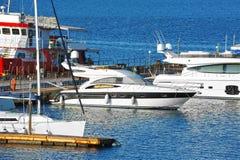 Motorowy jacht w jetty zdjęcie stock