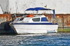 Motorowy jacht w jetty Obrazy Royalty Free